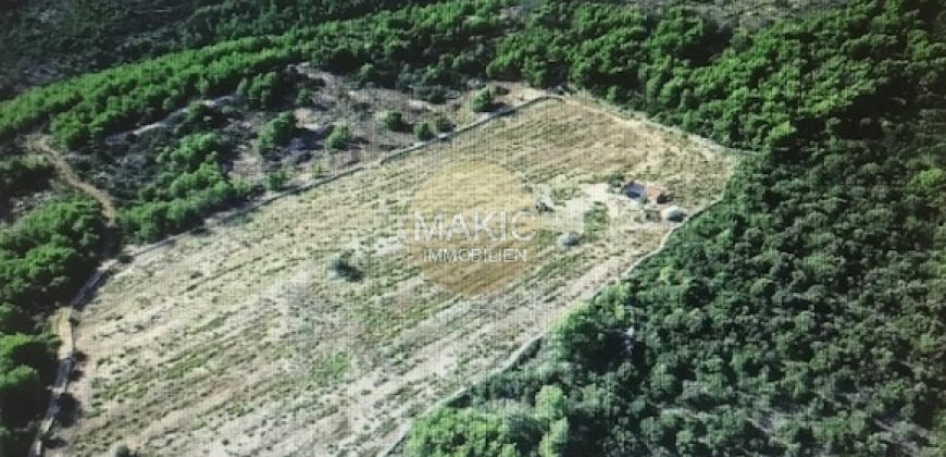 ISLAND BRAC – Attractive plot with sea views and project!