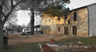 ISTRIA – Stone house with 2 residential units and a large garden